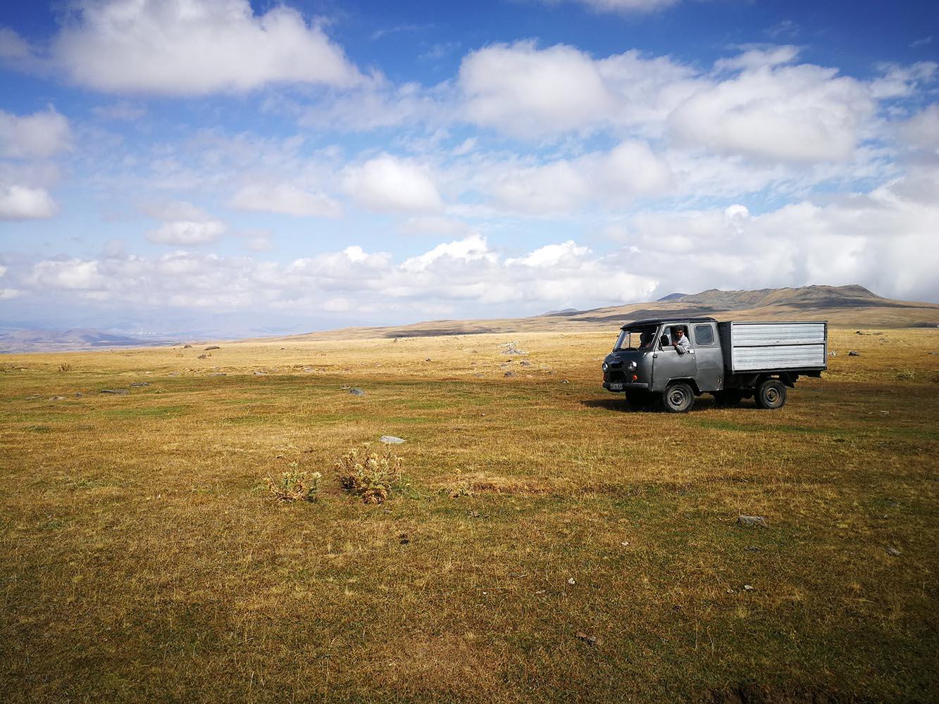 akna lake armenia trekking