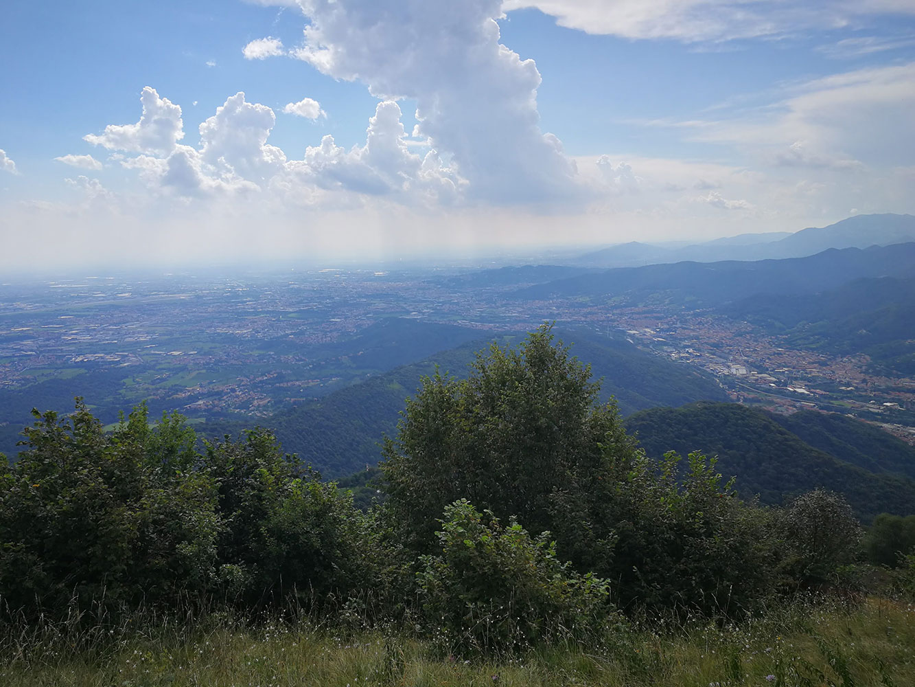 panorama verso bergamo da monte misma